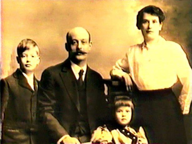 Image du film Caffè Italia, Montréal (1985, Paul Tana) On y voit un portrait d'une famille italienne de Montréal au début du XXe siècle