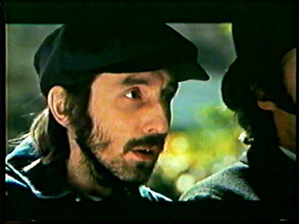 Image tirée du film Cordélia de Jean Beaudin, 1979 - Samuel (Gaston Lepage) assiste impuissant à l'arrestation de Cordélia - Capture écran VHS source filmsquebec.com