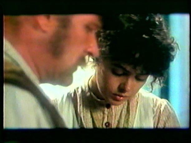 Image extraite du film Cordélia de Jean Beaudin, 1979 - Cordélia (Louise Portal) apprend de son mari (Pierre Gobeil) qu'il part pour aller trouver du travail en Californie - Capture écran VHS source filmsquebec.com