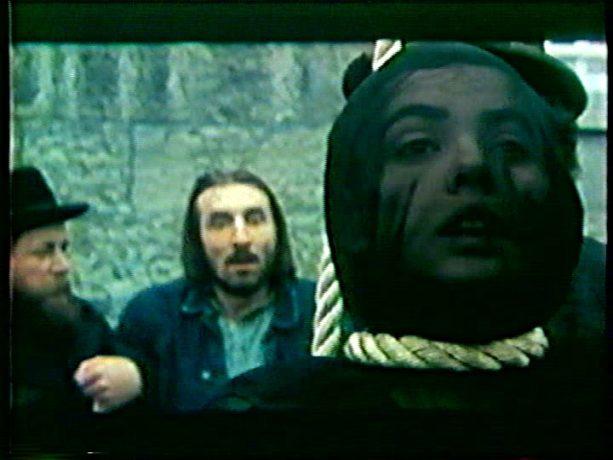 Image extraite du film Cordélia de Jean Beaudin, 1979 - Sur l'échafaud : Cordélia (Louise Portal) la corde au cou au premier plan et son amant (Gaston Lepage) en arrière plan - Capture écran VHS source filmsquebec.com