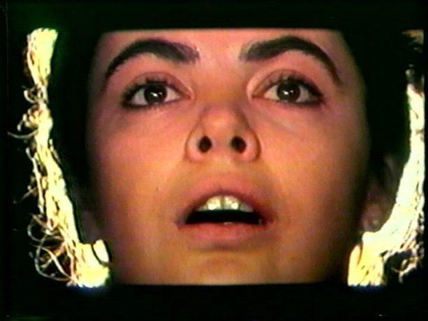 Image extraite du film Cordélia de Jean Beaudin, 1979 - Cordélia (Louise Portal) adresse une dernière prière avant de mourir - Capture écran VHS source filmsquebec.com