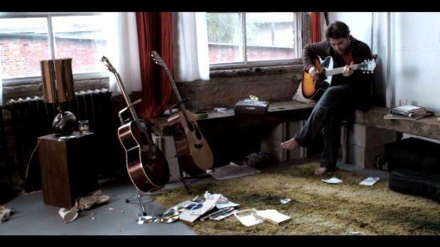 Image extraite du film Long Gone Day - Un musicien à l'oeuvre dans un appartement sale - (capture d'écran - source filmsquebec.com)