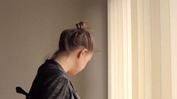 Image extraite du film Le concierge de Federico Hidalgo (une jeune femme blonde incarnée par Lucy Rybicka visite les lieux) - Capture d'écran, source: filmsquebec.com