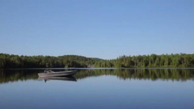 Image extraite du film Le concierge de Federico Hidalgo (le lac et la quiétude de l'archipel rêvé) - Capture d'écran, source: filmsquebec.com
