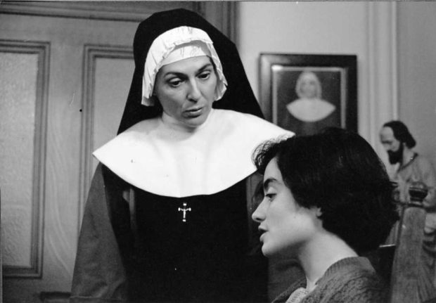 Image officielle du film La dame en couleurs (Claude Jutra, 1985) - Soeur Gertrude (Paule Baillargeon) donne des cours particuliers à Agnès (Charlotte Laurier). Une relation étrange entre la religieuse et son élève (source : filmsquebec.com)