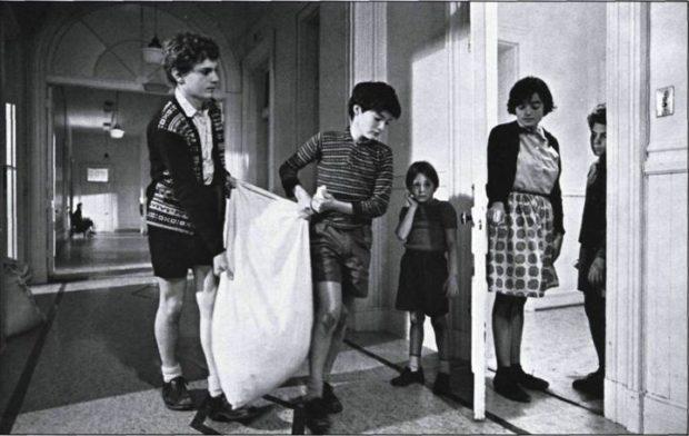Image officielle du film La dame en couleurs (Claude Jutra, 1985) - Les enfants transportent un sac... (Georges Lussier, Jean-François Lesage, Guillaume Lemay-Thivierge, Charlotte Laurier, Mario Spénard) - (source : filmsquebec.com)