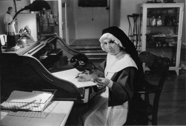 Image officielle du film La dame en couleurs (Claude Jutra, 1985) - Soeur Honorine (Rita Lafontaine) - (source : filmsquebec.com)