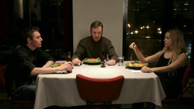 DYS- de Maude Michaud – Shannon Lark (Eva), Alex Goldrich (Sam), Dega Lazare (James) : un souper presque parfait - ©Quirk Films
