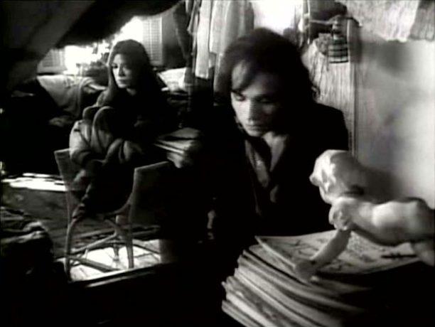 Image extraite du film L'ange et la femme - Gabriel (Lewis Furey) tente de ranimer les souvenirs de Fabienne amnésique (Carole Laure)