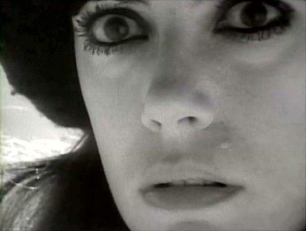Image extraite du film L'ange et la femme - Fabienne (Carole Laure) effrayée devant la mort prochaine.