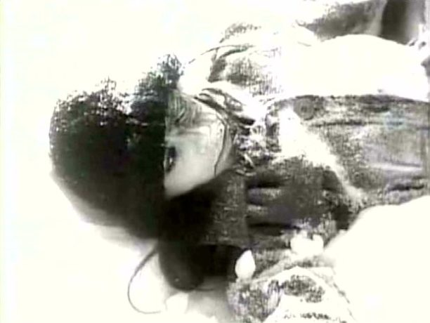 Image extraite du film L'ange et la femme - Morte dans la neige - Au début du film, Fabienne dévale une pente, morte, puis s'arrête, gisant dans la neige. La finale reprend la scène à l'identique.