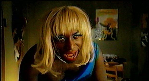 Image extraite du film Cabaret neiges noires (Raymond Saint-Jean, 1997) - Martin incarné par Didier Lucien (capture d'écran VHS ©filmsquebec.com)