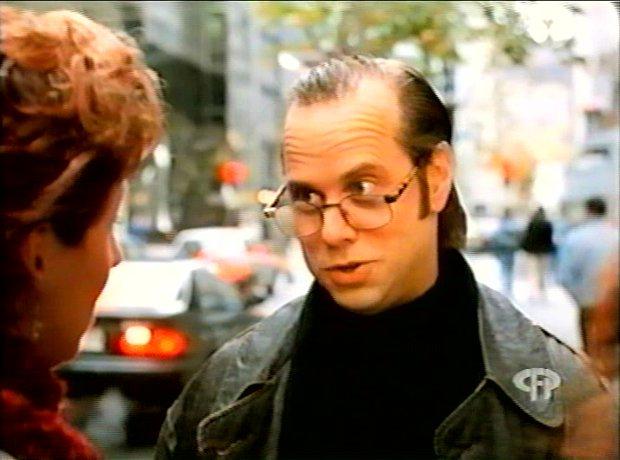 Image extraite de la comédie L'homme idéal (George Mihalka, 1996) - Albert (Denis Bouchard) a un gros gros kick sur Lucie (Marie-Lise Pilote) - Capture d'écran VHS ©filmsquebec.com