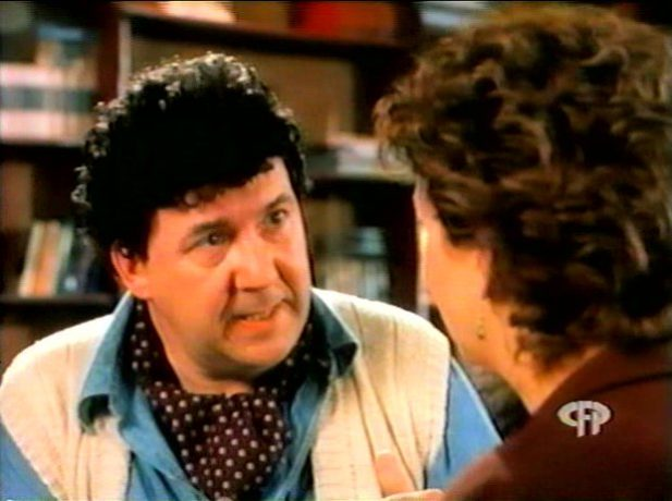 Image extraite de la comédie L'homme idéal (George Mihalka, 1996) - Bob (Rémy Girard) explique les principes de la sexualité tantrique à Lucie (Marie-Lise Pilote) - Capture d'écran VHS ©filmsquebec.com