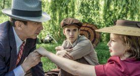 Image officielle du film Embrasse-moi comme tu m'aimes d'André Forcier - Tony Nardi (g.), Émile Schneider et Juliette Gosselin (d.) - un picnic romantique (Photo : Laurent Guérin)