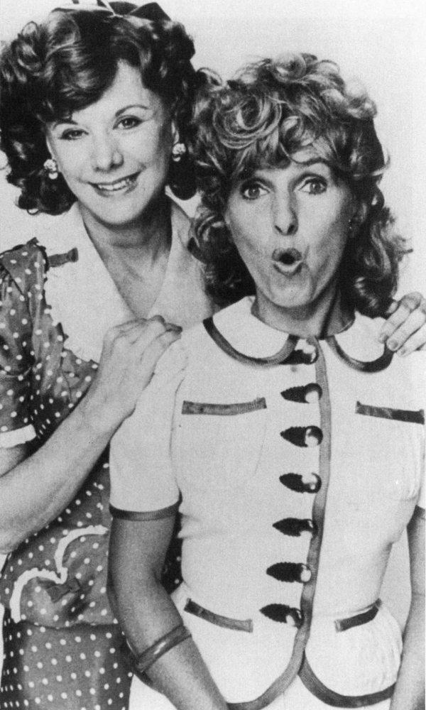 Image officielle des comédiennes Dominique Michel et Denise Filiatrault dans le film Je suis loin de toi Mignonne de Claude Fournier (1976)