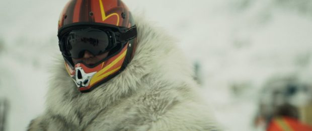 Image extraite du film Two Lovers and a Bear : on y voit un conducteur de Skidoo avec son casque - (Crédit Max Films)