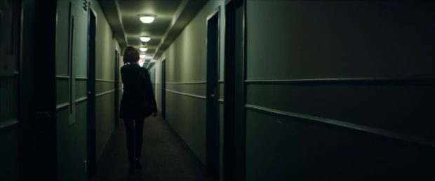 Image de La chasse au collet de Steve Kerr - On y voit la comédienne Julianne Côté de dos, dans le couloir, en route vers... (FunFilm Distribution)