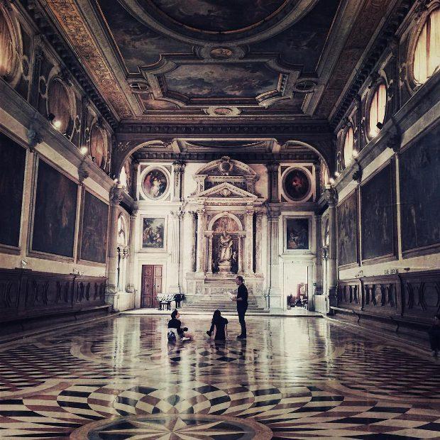 Photo de tournage de Stealing Alice È l'équipe à Venise (source page Instagram du film)
