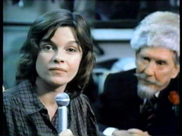 Image de Geneviève Bujold et Burgess Meredith en arrière-plan dans le film Final Assignment (Le dernier reportage) de Paul Almond