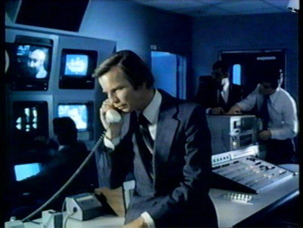 Image du comédien Michael York au téléphone dans le film Final Assignment (Le dernier reportage) de Paul Almond