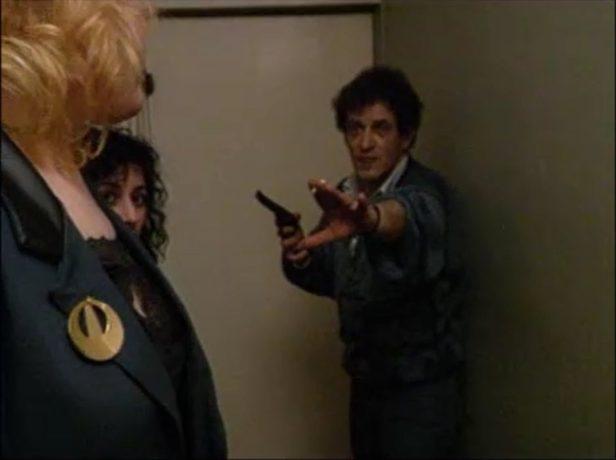 Image de l'ex-condamné à mort Réal Chartrand dans La réception de Robert Morin - Il pointe un pistolet sur les autres convives
