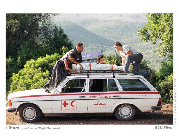 Image extraite du film Littoral de Wajdi Mouawad - le transport du corps - (coll. filmsquebec.com)