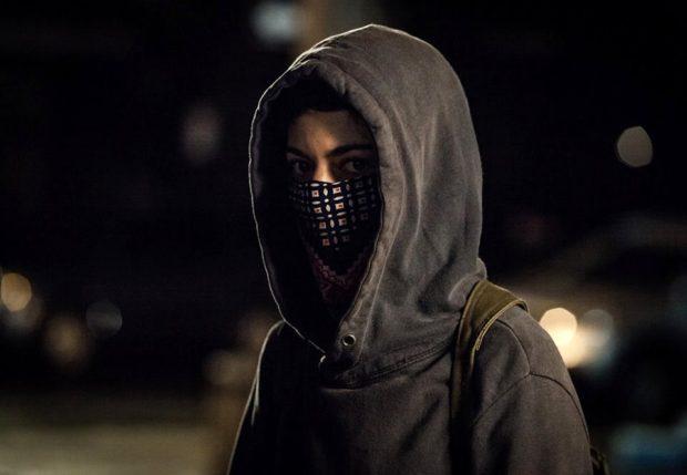 Image d'Emmanuelle Lussier-Martinez cagoulée dans le film Ceux qui font les révolutions...