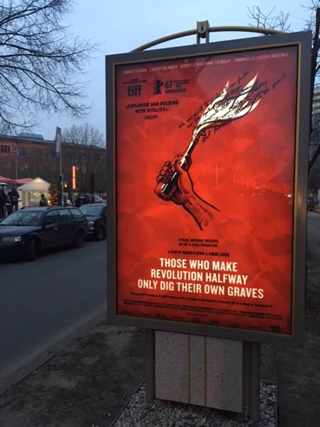 Ceux qui font les révolutions... affiche internationale conçue par l'Exportateur, dans les rues de Berlin (source K-Films Amérique)