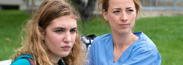 Image de Sophie Nélisse et Karine Vanasse, les deux comédiennes principales du film de Léa Pool Et au pire on se mariera (source K-Films Amérique)