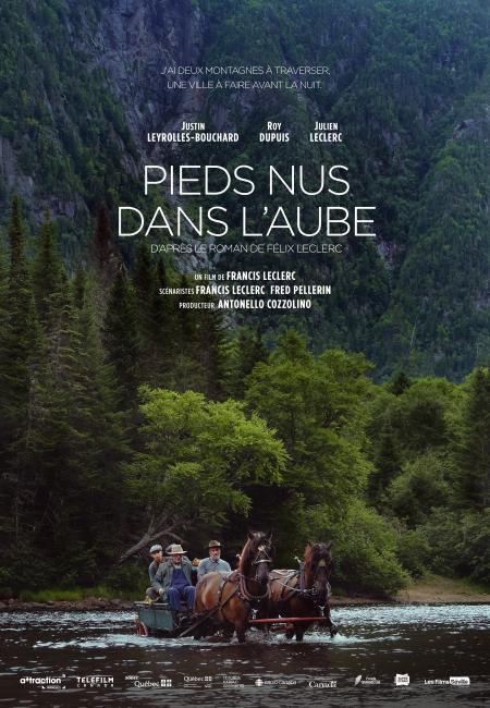 """Pieds nus dans l'aube - Film de Francis Leclerc - Affiche temporaire (un groupe traverse la rivière) - Citation : """"J'ai deux montagnes à traverser, une ville à faire avant la nuit"""""""