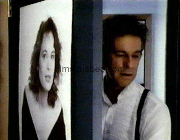 René Gagnon dans L'enfant sur le lac - Alexandre referme la porte sur sa femme Geneviève (Capture VHS - ©filmsquebec.com)