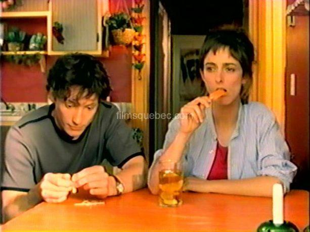 Isabelle Brouillette et Danny Gilmore en train de manger une glace à l'orange dans le film Crème glacée, chocolat et autres consolations de Julie Hivon
