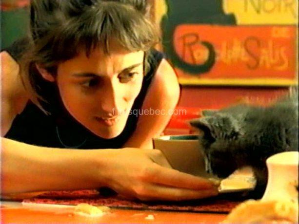 Isabelle Brouillette donnant à manger à un petit chat errant dans le film Crème glacée, chocolat et autres consolations de Julie Hivon