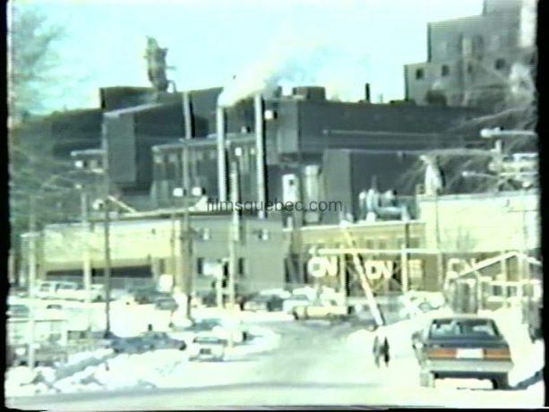 Christiane Lévesque et Nicole Scant déambulent dans les rues de Rouyn écrasées par la laideur des bâtisses industrielles dans Hiver bleu d'André Blanchard
