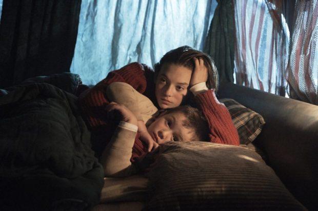 Manon (Milya Corbeil-Gauvreau) et Mimi (Anthony Bouchard) dans Les rois mongols de Luc Picard