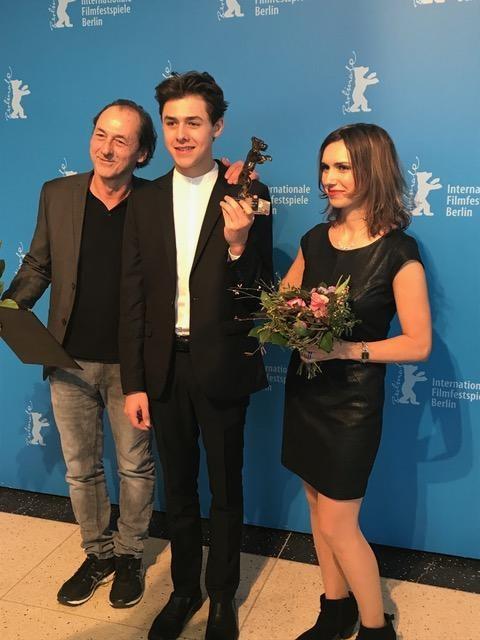 Luc Picard, Henri Picard et Stéphanie Pages reçoivent l'Ours de cristal à Berlin