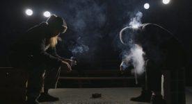 Image extraite de la bande-annonce de Bonnet d'Hômme de Frédéric Barrette - on y voit le profil de deux hommes barbus assis dans le noir en train de fumer des cigarettes