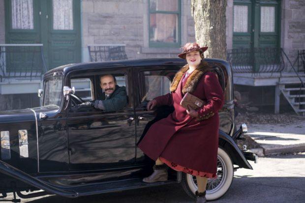 Debbie Lynch-White (La Bolduc) et Émile Proulx-Cloutier (Édouard Bolduc) dans La Bolduc de François Bouvier le couple pose en tenue chic devant une voiture de luxe)