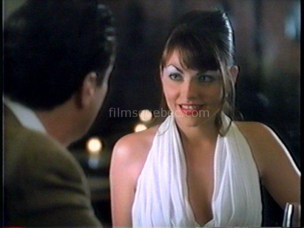 La comédienne et chanteuse Annie Dufresne dans The Press Run de Robert Ditchburn (image extraite du film dans lquelle la jeune femme fait du charme à son partenaire d'un soir)