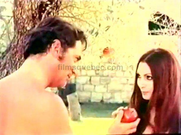 Jean Coutu (Adam Lafontaine) et Rosanna Schiaffino (Éva) dans 7 fois (par jour) de Denis Héroux. Les deux amoureux croquent la pomme dans le paradis terrestre.
