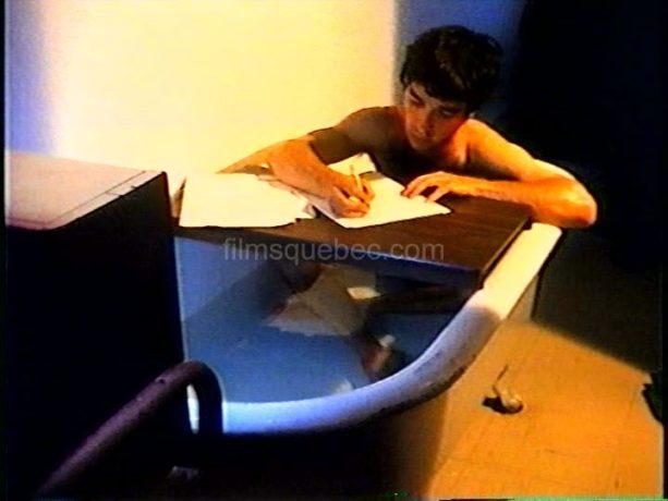 Claude Fortin dans Le voleur de caméra - On y voit le réalisateur dans sa baignoire, en train d'écrire son scénario.