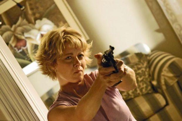 Barbara Niven dans The Perfect Neighbor de Douglas Jackson (la jeune femme nous menace avec un pistolet)
