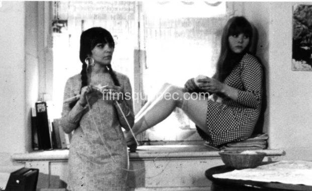 Julie Lachapelle (Julie) et Katerine Mousseau (Katerine) dans Le Viol d'une jeune fille douce de Gilles Carle (image promotionnelle dans laquelle les deux jeunes femmes semblent attirées par une personne ou un onjet hors cadre)