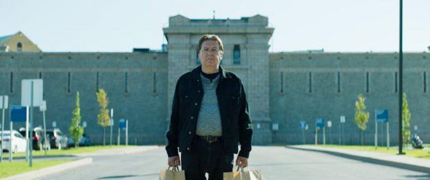 Rémy Girard dans La chute de l'empire américain de Denys Arcand (l'homme sort de prison avec deux sacs en papier chaque main)