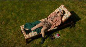 Karelle Tremblay dans La disparition des lucioles de Sébastien Pilote - On y voit la jeune fille se faire bronzer sur une chaise de jardin