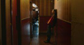 Karelle Tremblay dans le couloir de La disparition des lucioles (Source image: Les Films Séville)