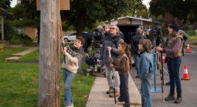 """Sur le plateau de tournage de """"Vivre à 100 à l'heure"""" (titre de travail) avec l'équipe dont Pierre Mignot derrière Louis Bélanger. Les trois jeunes acteurs (de gauche à droite): Nicolas Guay, Anais Gonzalez, Matt Hébert"""