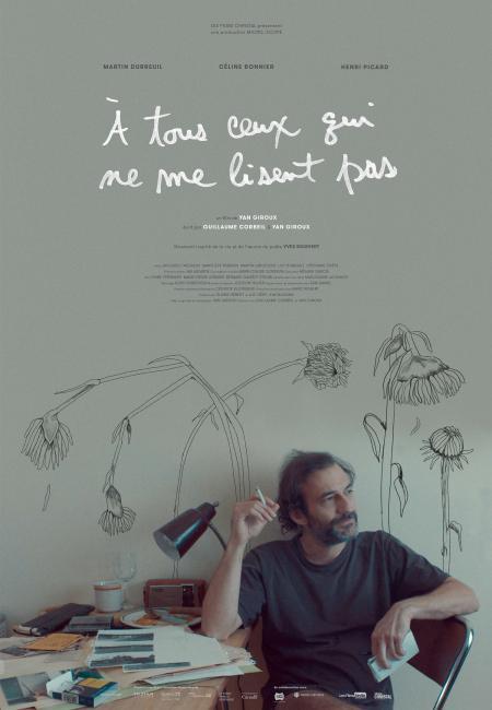 Affiche du film À tous ceux qui ne me lisent pas de Yan Giroux (sur un fond gris-vert, le comédien est assis, pensif, regardant ailleurs et fumant une cigarette)