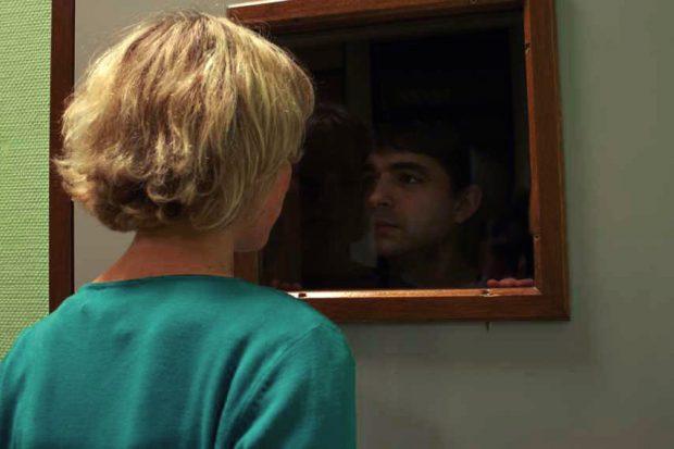Audrey Rocard et Joris Masson dans À propos du code de J.P. Fortin (la jeune femme regarde son ami à travers une fenêtre)